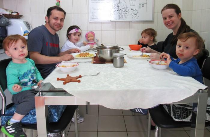 Filhos almoçando com os papais.