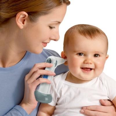 criança está com febre - termômetro de ouvido