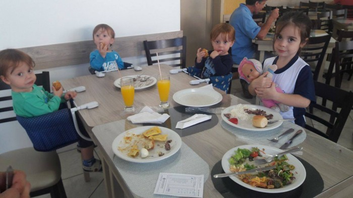 Filhos no restaurante