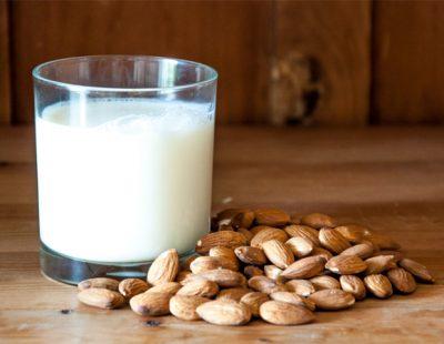 substituir o leite de vaca por leite vegetal - leite de amêndoas