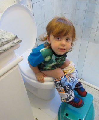 menino deve fazer xixi sentado