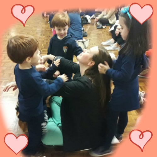 Primeiro Dia das Mães dos trigêmeos na escola